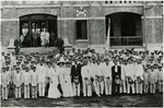 孫中山先生在馬丁堂演講後,與嶺南學堂員生合影,1912年 = Dr. Sun Yat-sen and Lingnan faculty and students following his lecture at Martin Hall, 1912