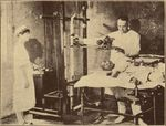 博济医院的医生用X光机为病人检查